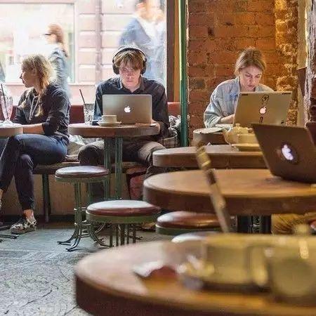 為什么很多人更愿意去咖啡館學習、工作?(雙語)