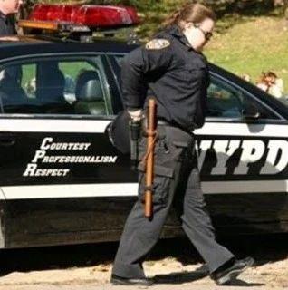 悲劇! 美國女警官下班后誤入他人公寓 射殺公寓內男子!(雙語)