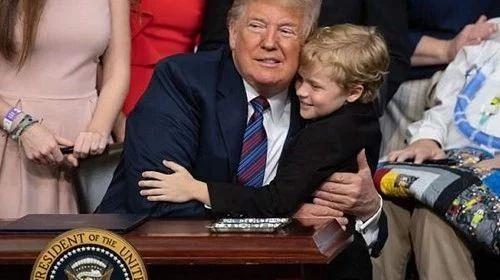 """特朗普""""嫉妒""""8歲小男孩:我要長他這樣,早當總統了!(雙語)"""